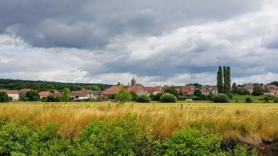 Boulay mit seinenr in glasierten burgundischen Ziegeln gedecktem Turm und Kirchendach