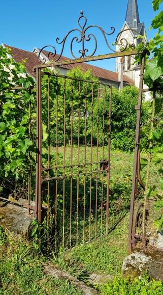Corre ist kein hübscher Ort, aber einige Details haben wir trotzdem entdeckt! Hier ein altes Gartentor das in den Kirchengarten führt