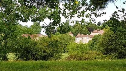 Richecourt - ein altes, grosses Anwesen, leider kaum zu sehen hinter dem üppigen Grün