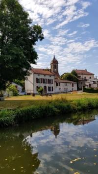 Die Kirche von Ormoy mit dem typischen burgundischen Kirchturm