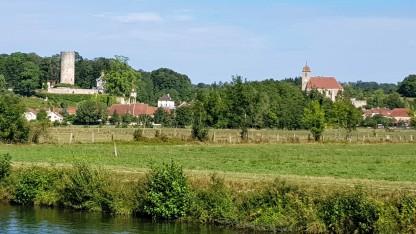 Rupt-sur-Saône, der abseits stehende Schlossturm und die schöne Dorfkirche