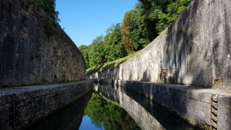 Tunnel St-Albin südliche Ausfahrt, zwischen hohen Mauern