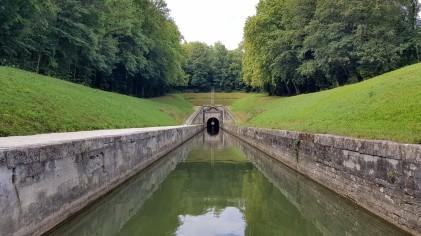 Das elegante Nordportal des Tunnels de Savoyeux
