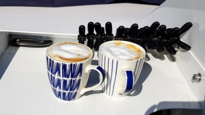 Drei wichtige Dinge an Bord: das Messer zum Durchtrennen von Leinen, die Klemmen zur Befestigung von Beschattungstücher und Cappuccino!