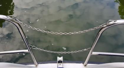 Am Bug, die Wolken spiegeln sich im Wasser