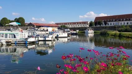 Die Gästeplätze von der Mole aus, ganz hinten ist ein Boot im Begriff ins Innere des Hafenbeckens einzubiegen