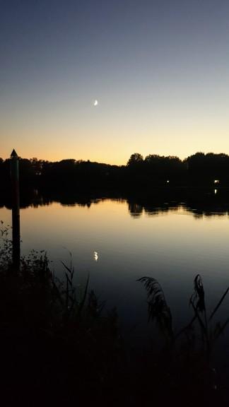 Abendstimmung von der Mole aus. DIe Saône fliesst ganz still unddie Mondsichel spiegelt sich im Wasser