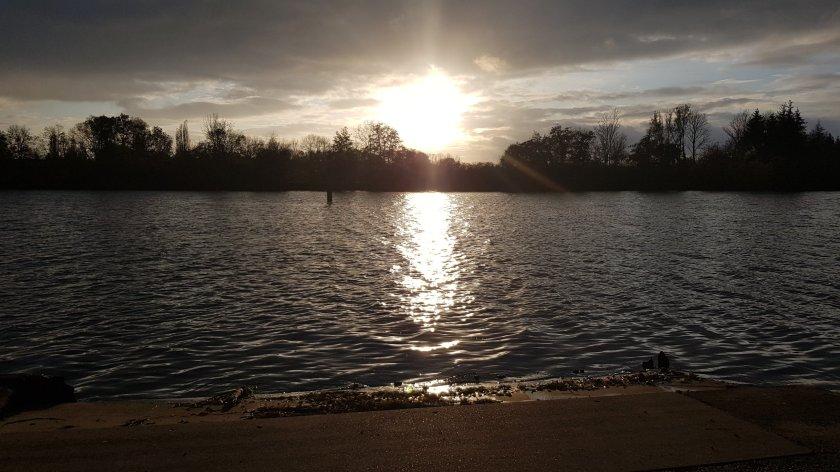 Kalte Sonne, bewegtes Wasser: eine winterliche Stimmung