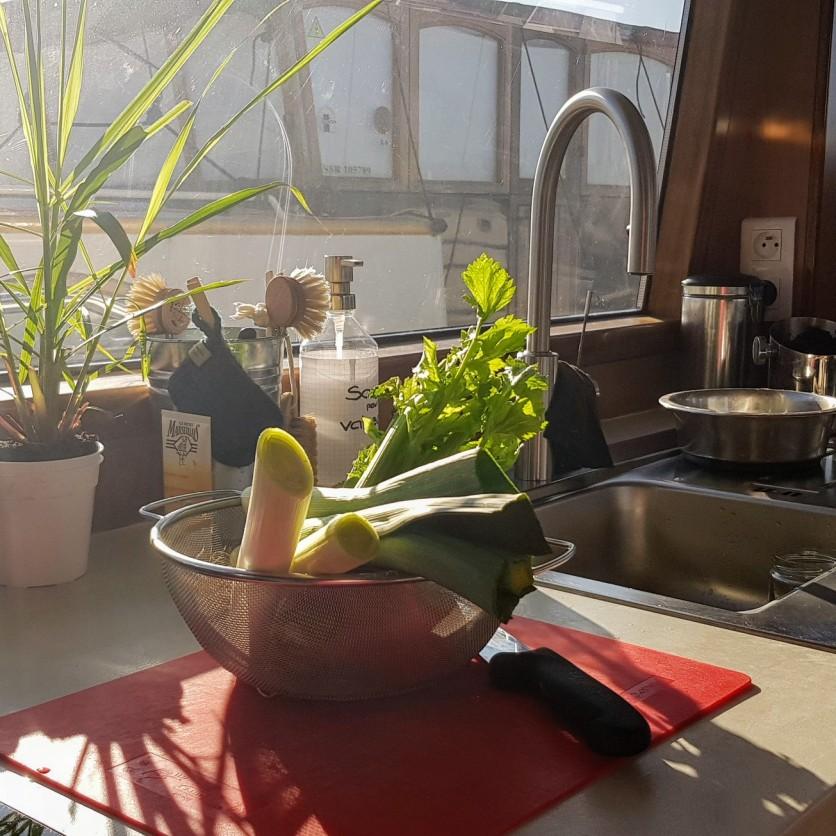 Die Sonne scheint auf die Arbeitsplatte in der Küche, das Gemüse fürs Mittagessen liegt schon bereit