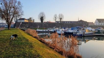 Die Festungsmauer, die Kasernendächer und die Boote