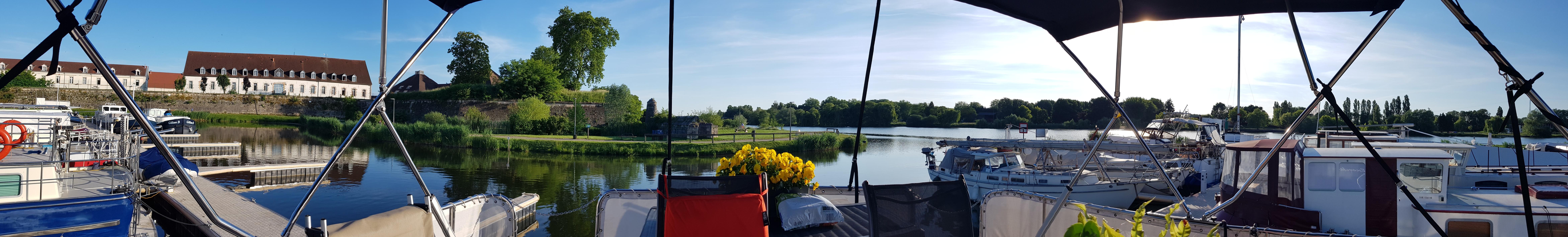 180° Sicht vom Deck aus, freie Sicht auf die Wehranlage, die Kasernengebäude, Napoleon hat hier seine Ausbildung gemacht, und den Fluss