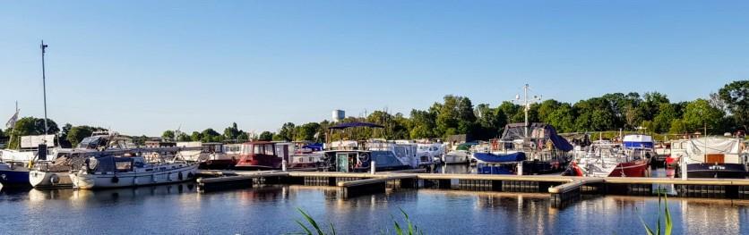 Sicht auf den Ponton A, auf der Flusseite ist er noch fast leer, Platz für Gast-Anleger