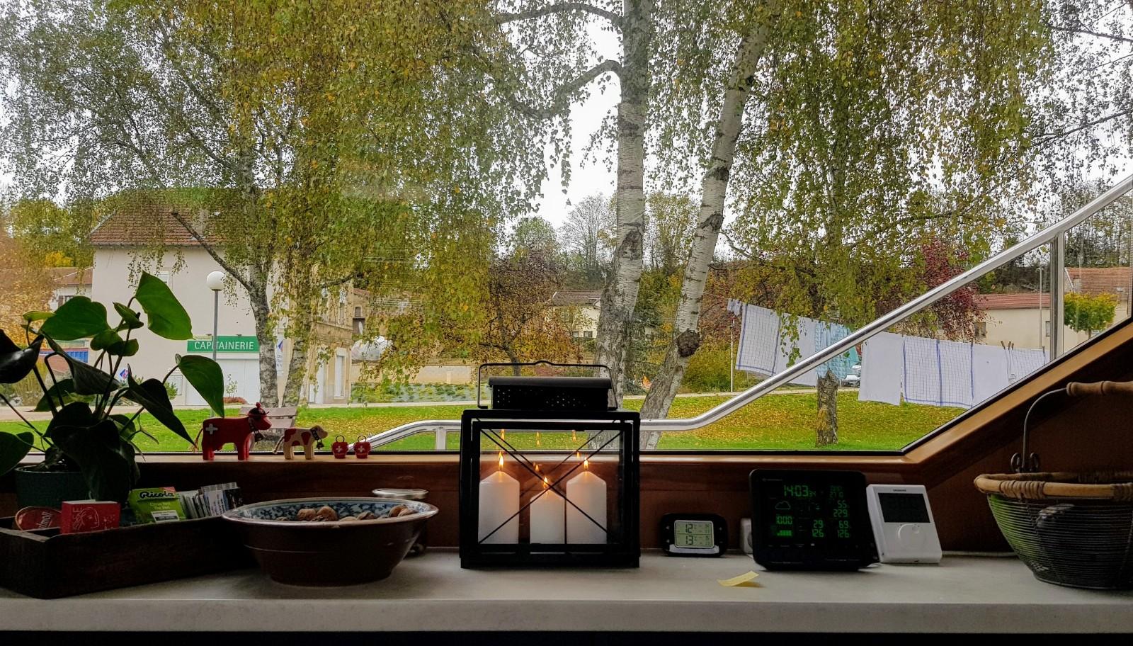 Sicht vom Boot aus auf unseren kleinen Park, auf dem Sideboard brennen bereits Kerzen in der Laterne; Der Winter kommt!