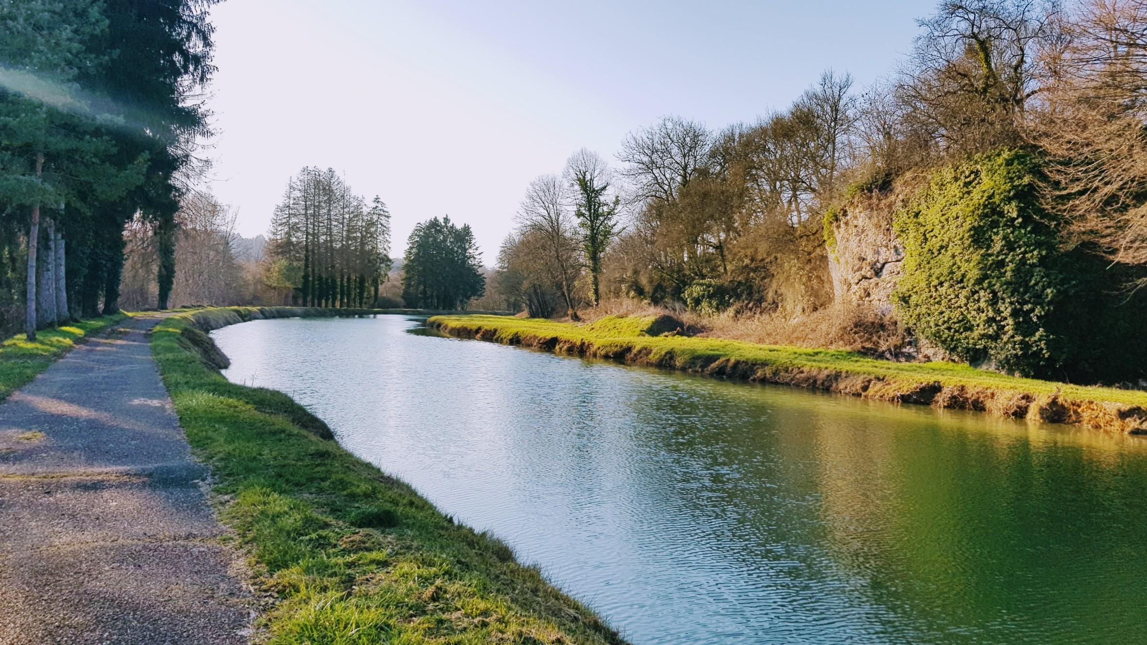 Der Kanal und der Treidelweg, von Tannen und Felsen umsäumt
