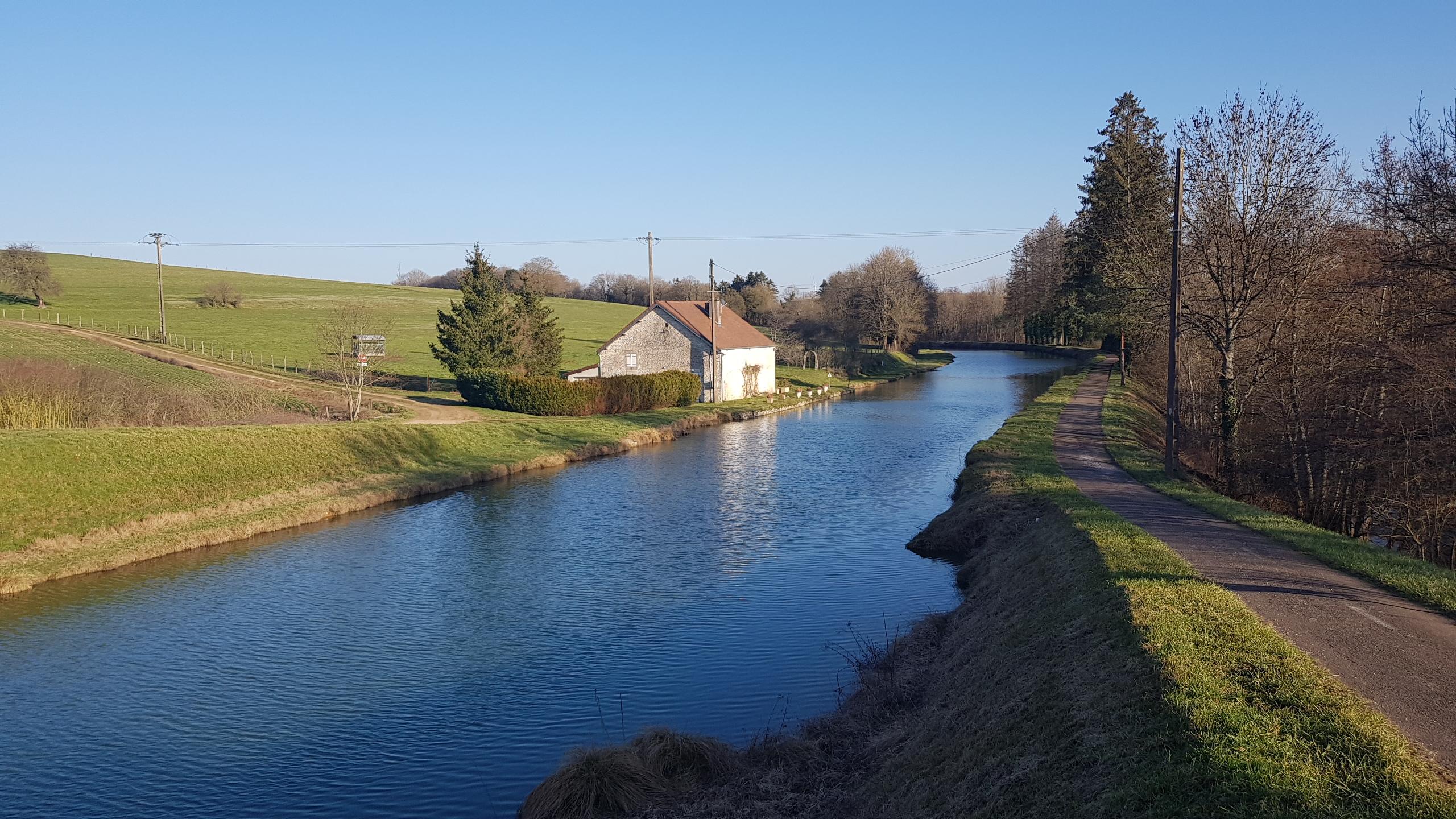 Ein romantisches Häuschen in idyllischer Lage am Kanal, alles abgeschlossen. So schade., ganz allein