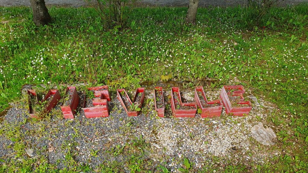 Der Schriftzug von Viéville als Blumentöpfe. Leicht ramponiert, wie fast alles an den Liegeplätzen an diesem Kanal