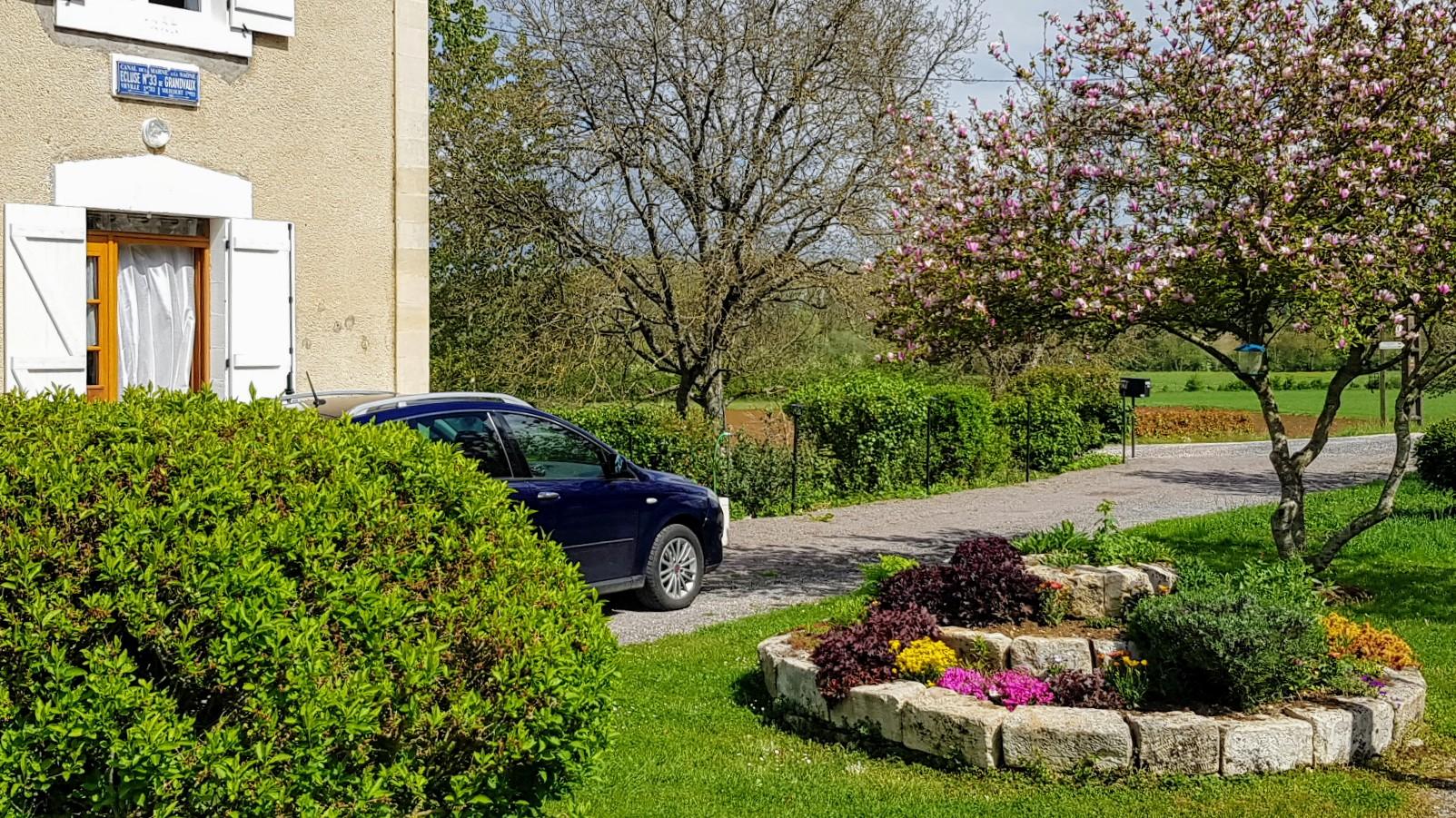 Schleusenhaus, bewohnt von jemandem mit einem grünen Daumen! Es grünt und blüht im hübsch angelegten Garten rund ums Häuschen