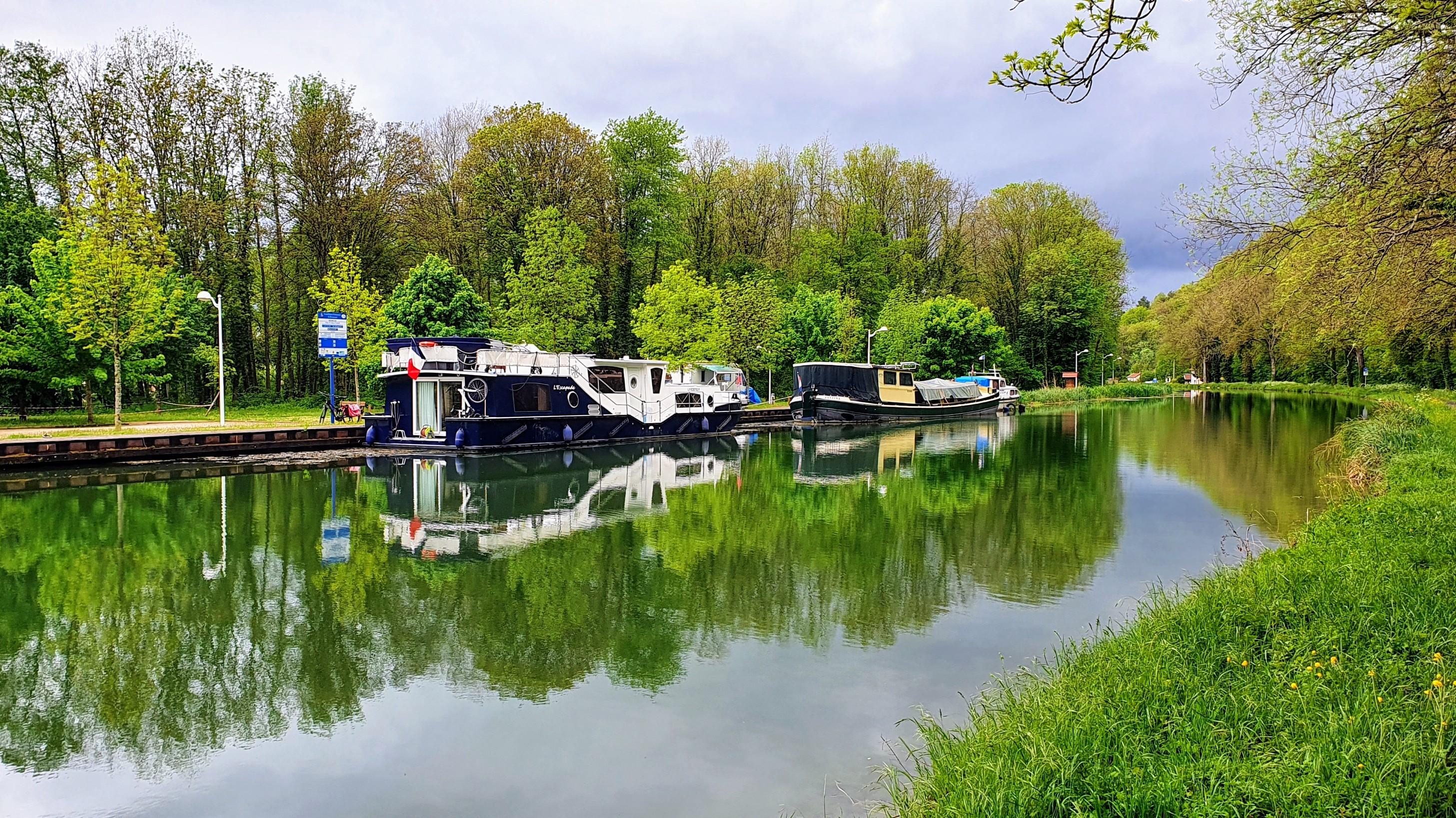 Anlegesteg mit nur 3 Booten und viel Platz und frühlingshaftem Grün