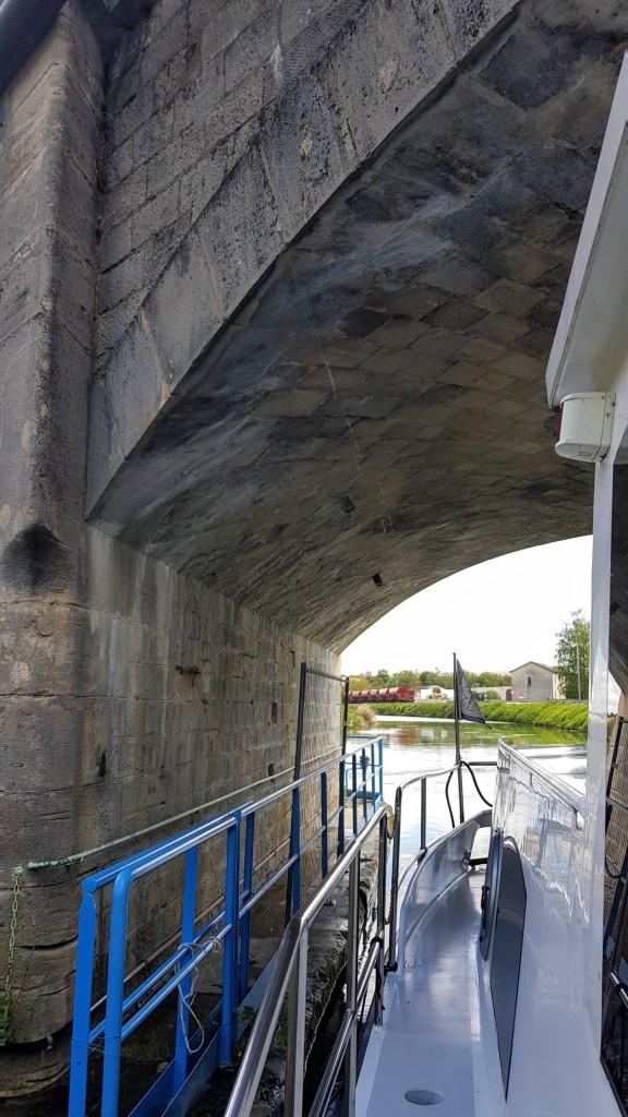 unter der Eisenbahnbrücke durch