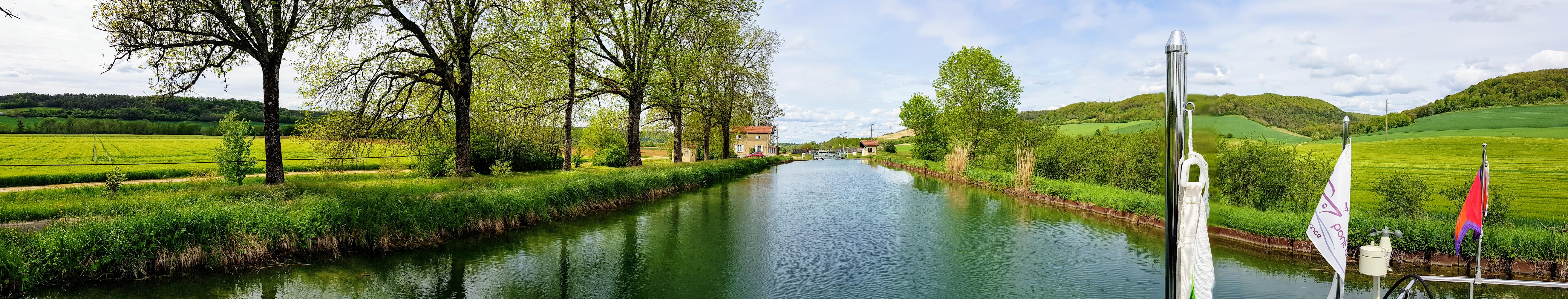 die typische Landschaft der Haute-Marne, hügelig, grün, bewaldet, Wiesen, einige Äcker und keiner da