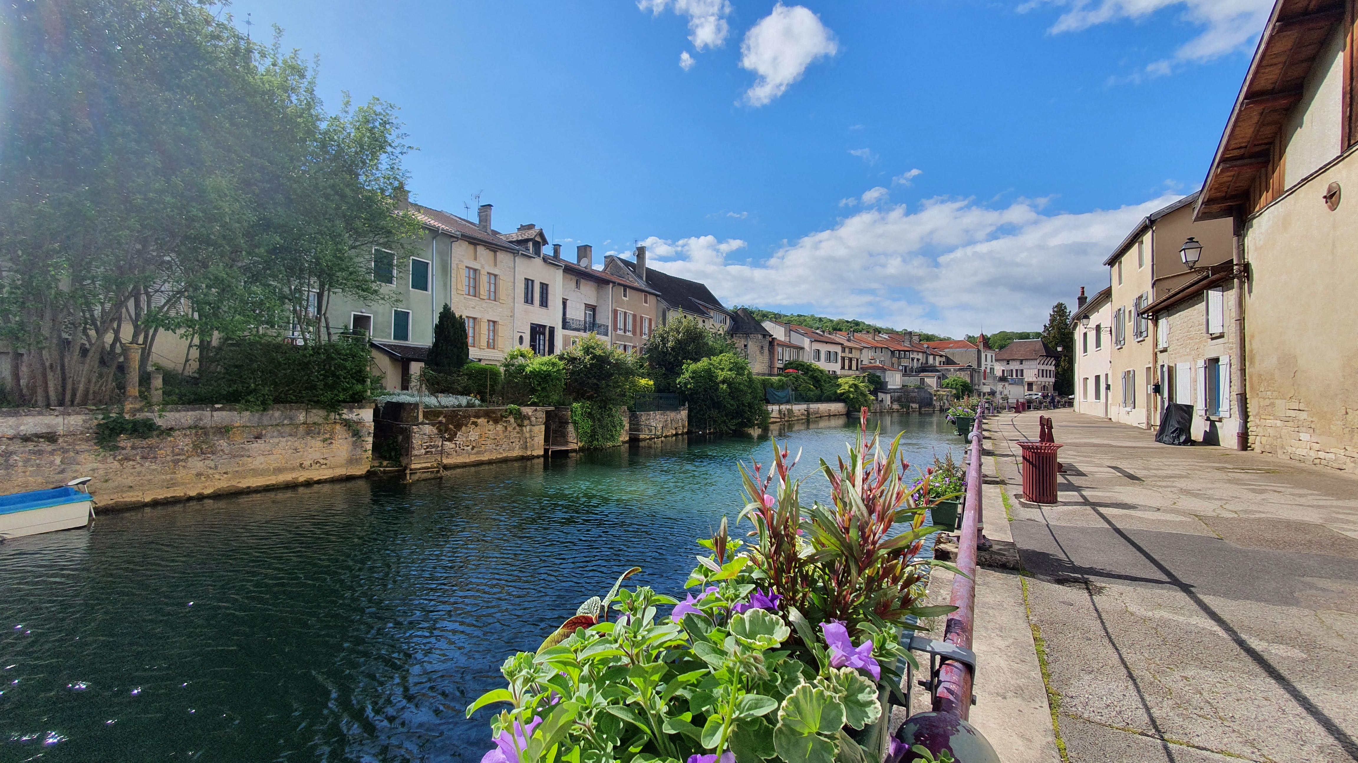 Seitenarm der Marne in Joinville mit Häusern und Promenade