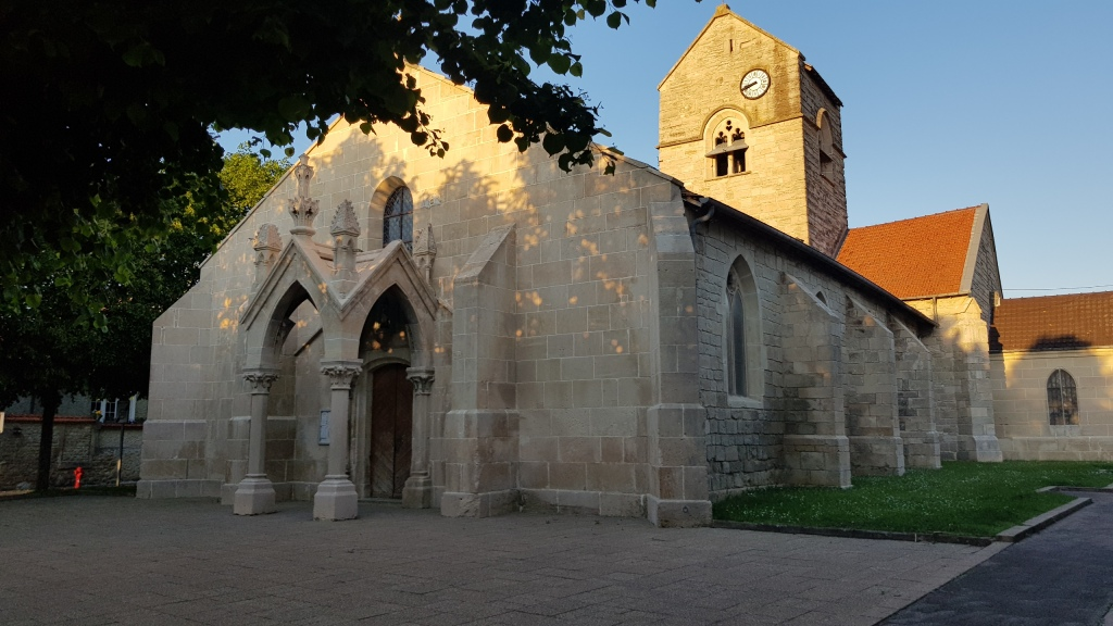 Die gotische Kirche von Chamouilley, schön renoviert, im Abendlicht