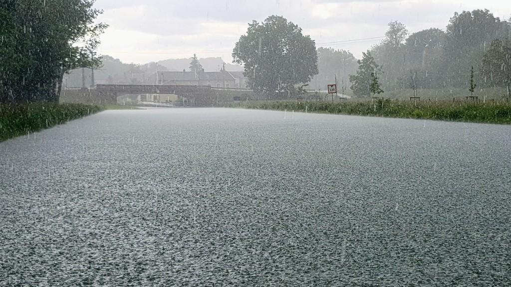 Ein tropischer Regenguss, es prasselt nur so runter und die Regentropfen sind dick und spritzen hoch auf