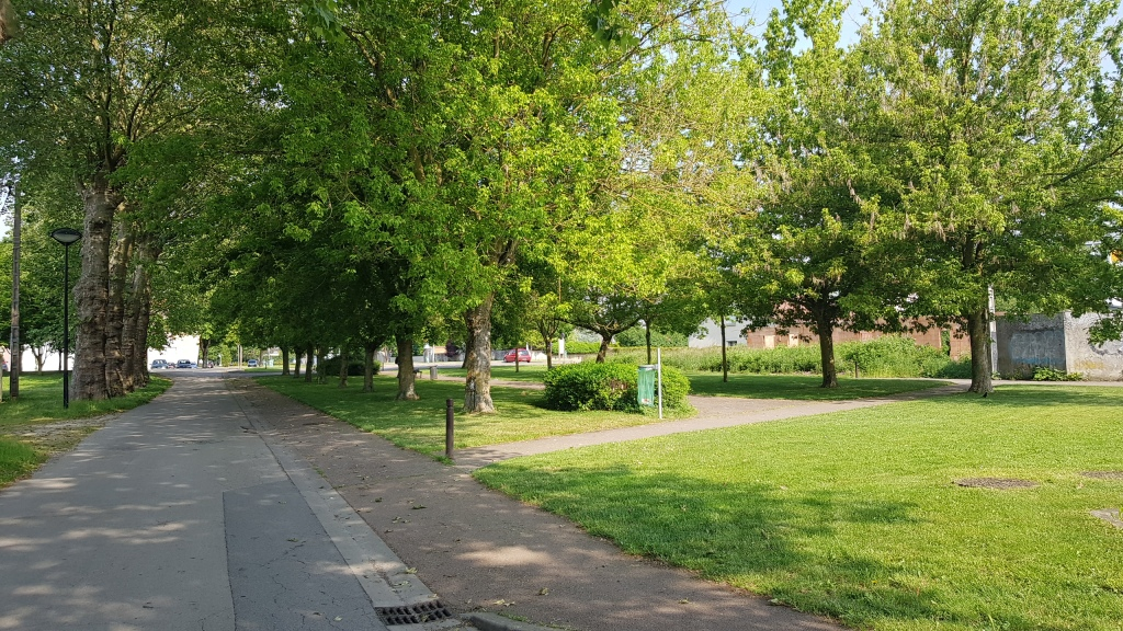 Kleiner, schattiger Park, ein paar Meter neben dem Hafen.