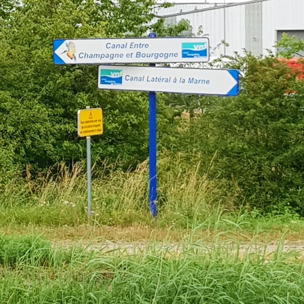 Hier gehts lang! Knotenpunkt von 3 Kanälen: Der Kanal Champagne-Burgund, der Seitenkanal der Marne und, im Rücken, der Rhein-Marne-Kanal