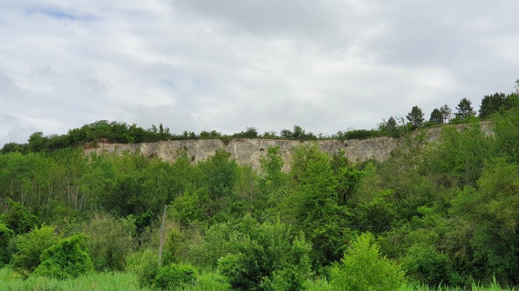 Felsen mit seltsamen Löchern ziehen an uns vorbei