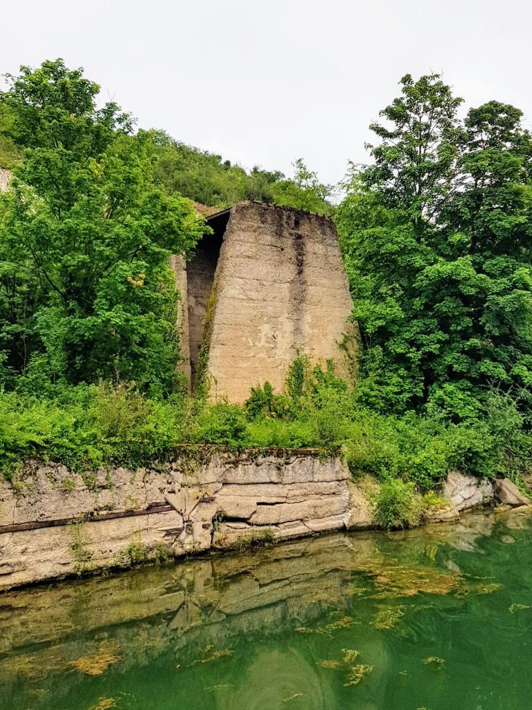 Die Ruine eines der alten Kalkbrennofensss