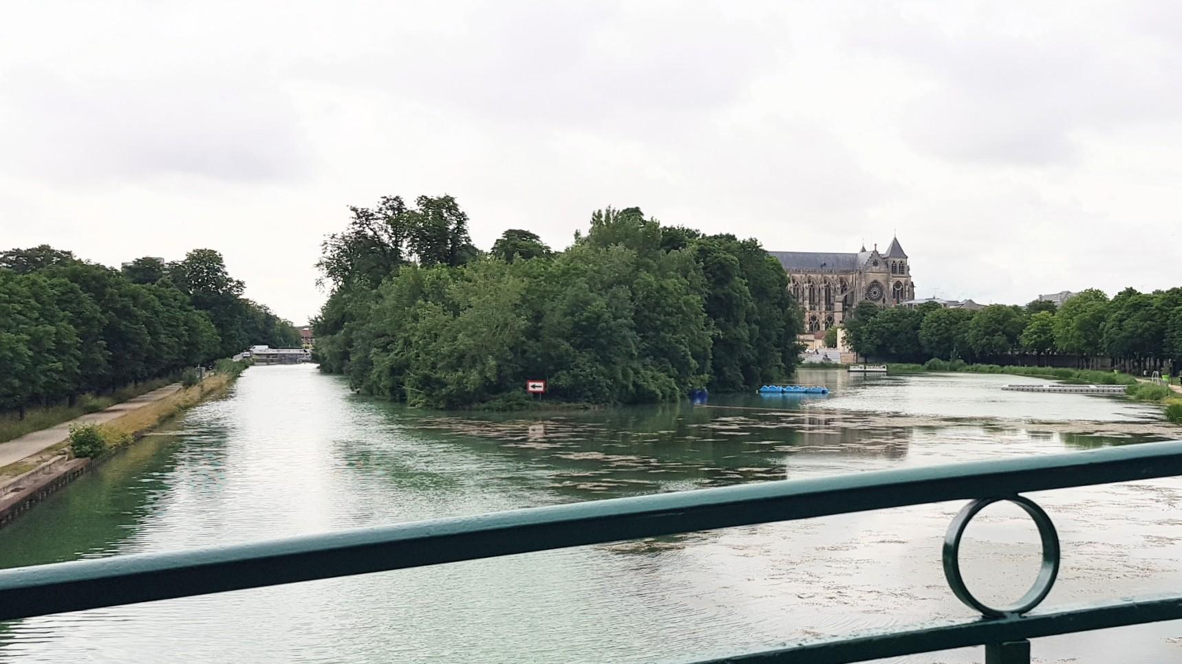 Bei der Ankunft in Châlons übers Wasser dominiert die Kathedrale alles