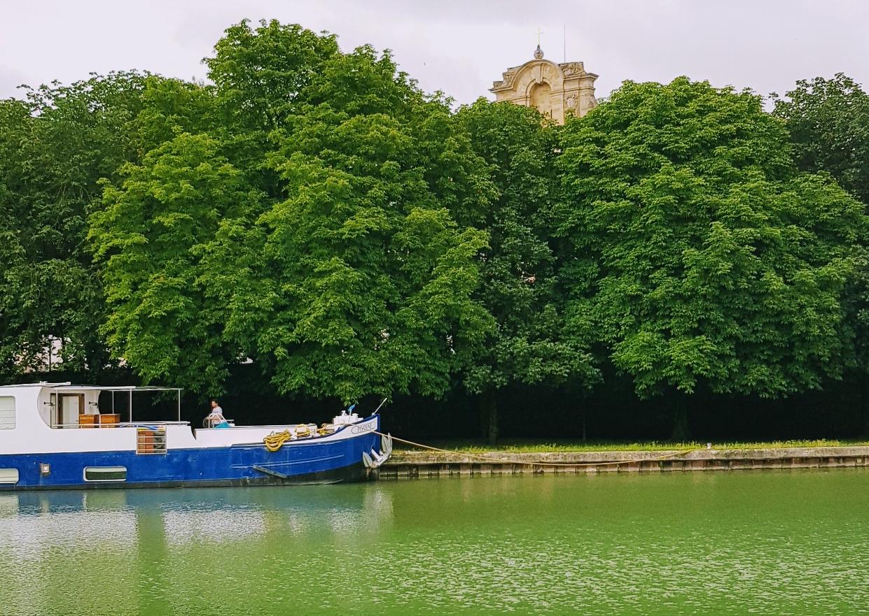 """Hotelboot """"Pivoine"""" Pfingstrose) vor der Kastanien-Allee und Teil der Fassade der Kathedrale"""