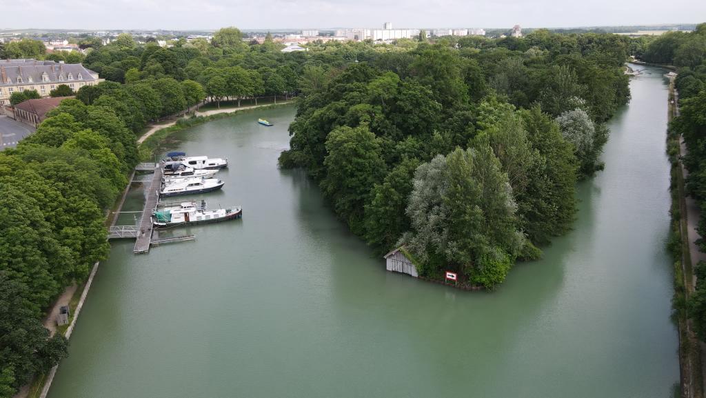 Luftbild vom Hafen im Seitenarm links und der komplett verwilderten Vogelinsel in der Mitte des Bildes, recht der Seitenkanal zur Marne, auf dem wir angekommen sind.