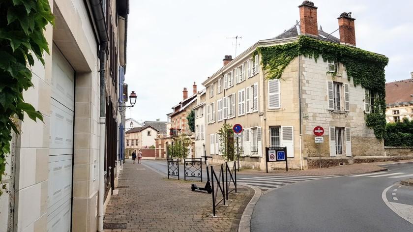 Strassenzug in Châlons-en-Champagne, im Vordergrund ein mit Efeu überwachsenes Sandsteinhaus
