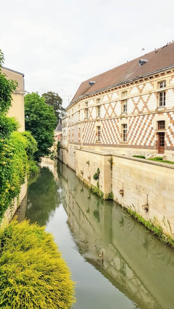 Der Mau, das kanalisierte Flüsschen fliess mitten durch die Altstadt, vorbei an historischen Bauten