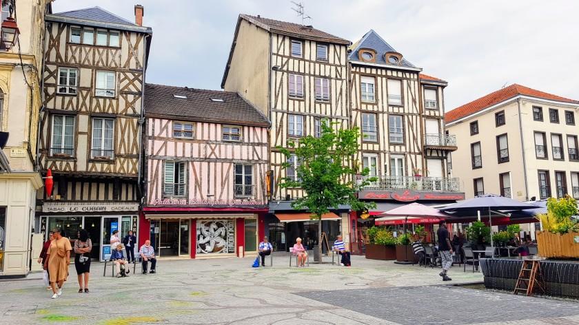 La Place de la République, Läden, Cafés, Riegelhäuser