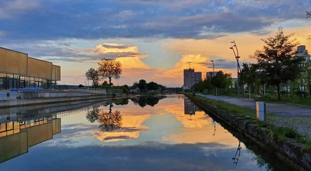 Dramatische Formation von Gewitterwolken in gelb und blau. Abendstimmung in St-Dizier, für einmal mitten in der Stadt