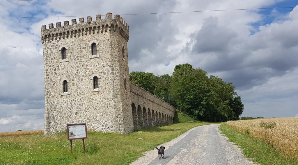Vorne der Turm, dann der Äquadukt, dahinter Wald