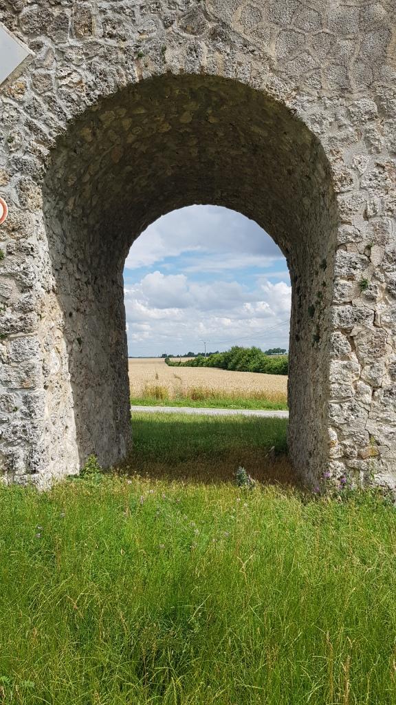 Das Bauwerk steht inmitten von umgebenden Feldern