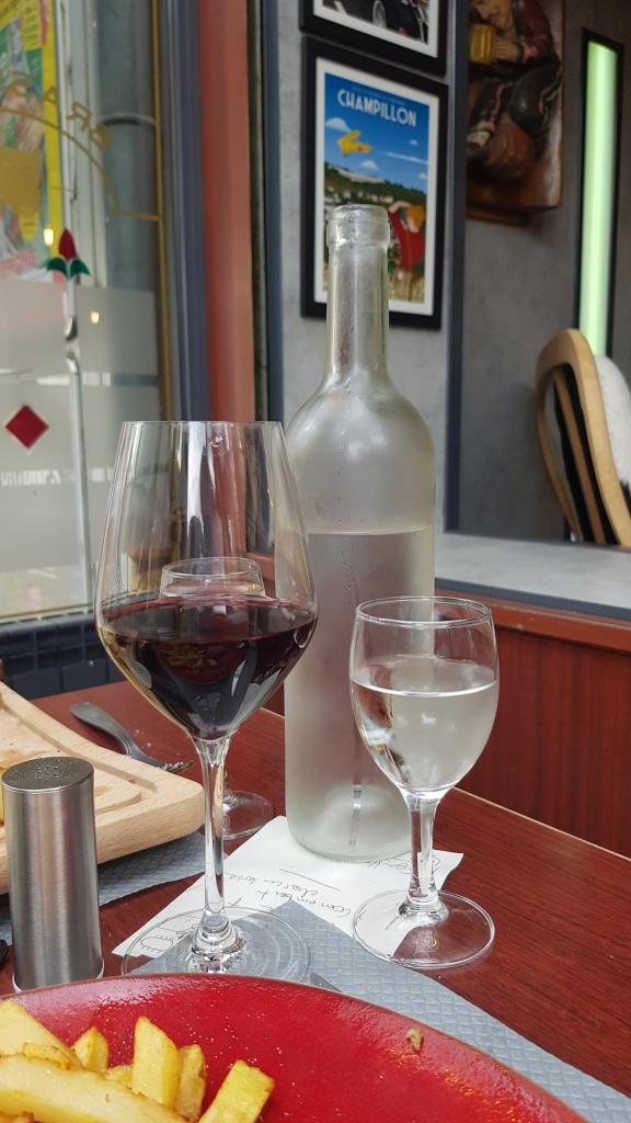 Die Restaurants sind wieder normal offen. Riesenglas für Wein, winziges Glas für Wasser.