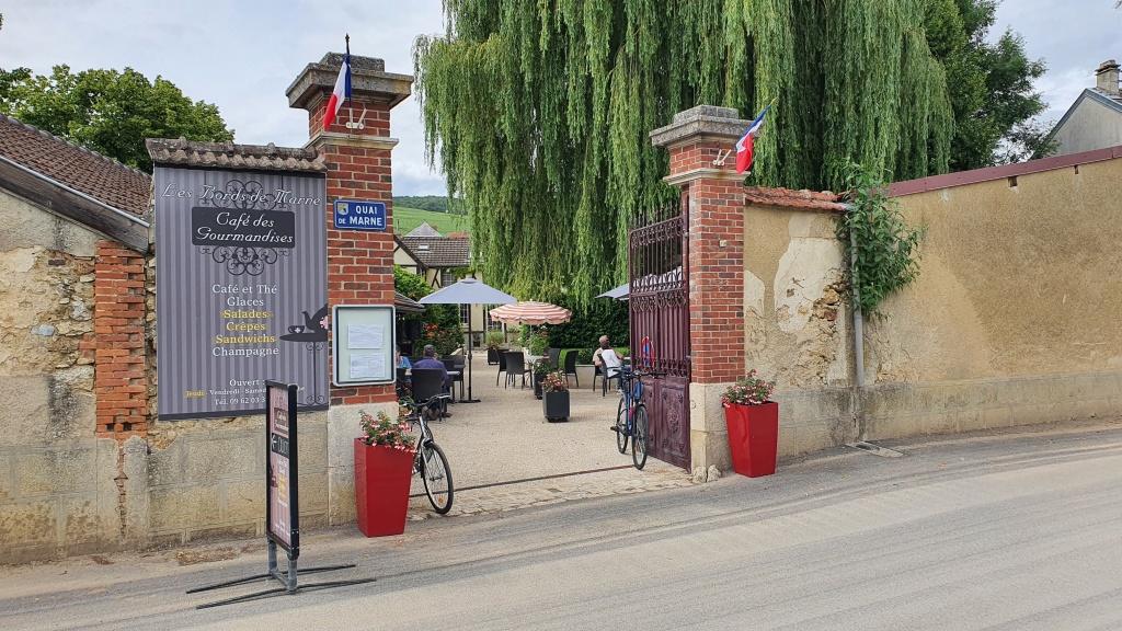 Eingang zu einem Hof mit Gartenwirtschaft