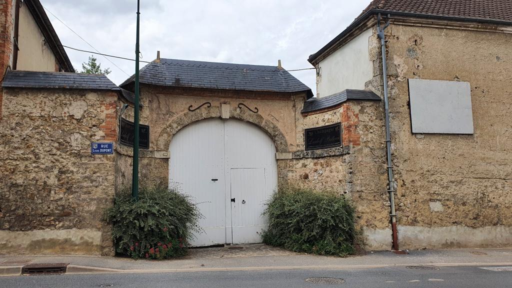 Das Dorf ist voller überdachter Toreinfahrten, dahinter Weinkellereien