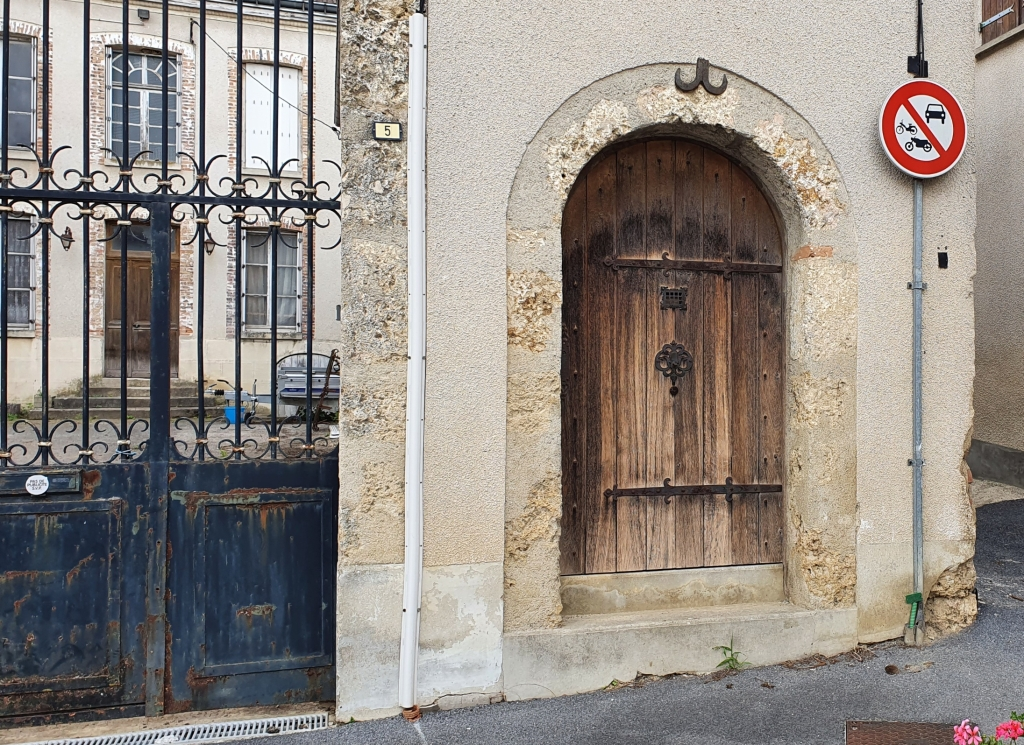 Durch ein geschmiedetes Metalltor abgetrennter Innenhof, mit separater, uralter Holztüre für Besucher zu Fuss