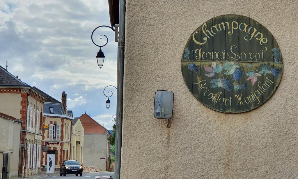 Im kleinen Cumières gibt es ein gutes Dutzend Weinbauern, überall hängen solche alten verwitterten Schilder