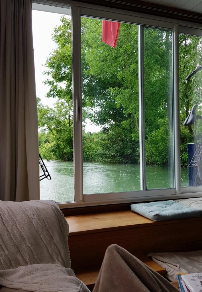 Blick durch das hintere, grosse Fenster. Draussen Dauerregen und entsprechend schlechtes Internet, da bleibt nur Lesen