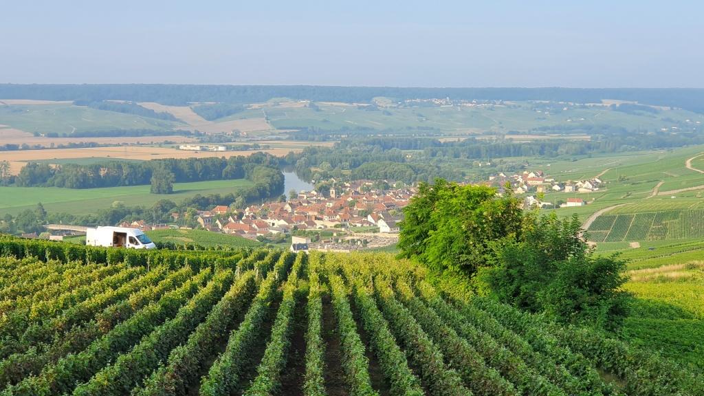 Blick von Hautevillers aus ins weite Tal mit Cumières