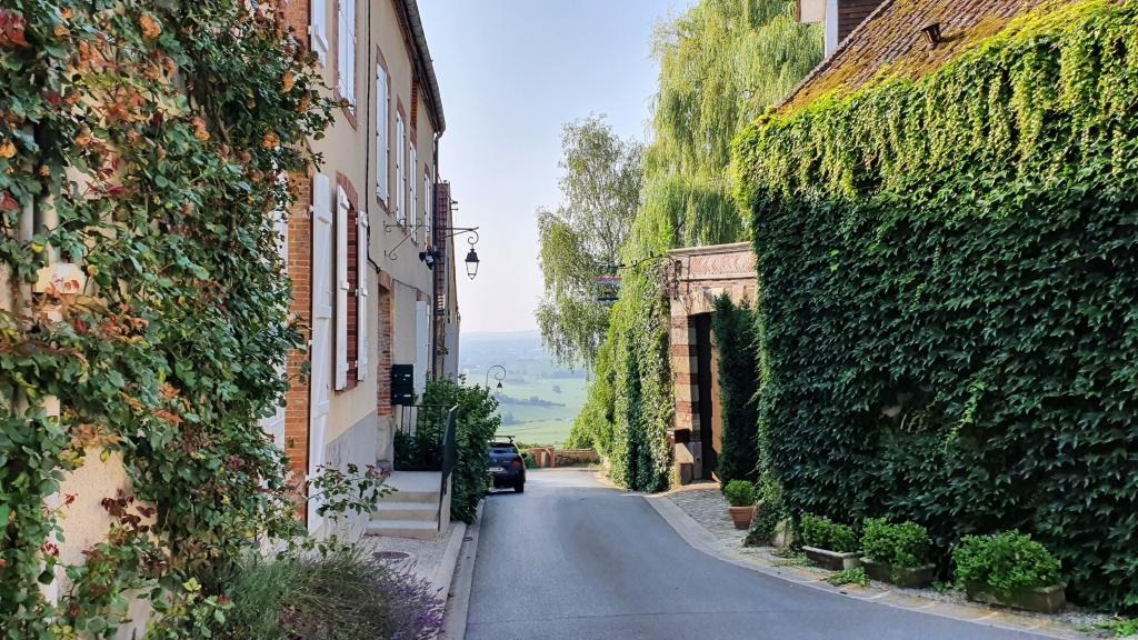 Gasse in Hautvillers, des Dorfes von Dom Pérignon