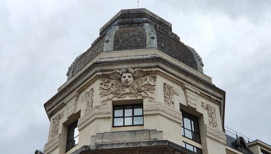 Detail eines der vielen üppig gestalteten Stadtgebäuden