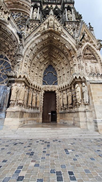 Eines der reich verzierten Nebenportale der Kathedrale